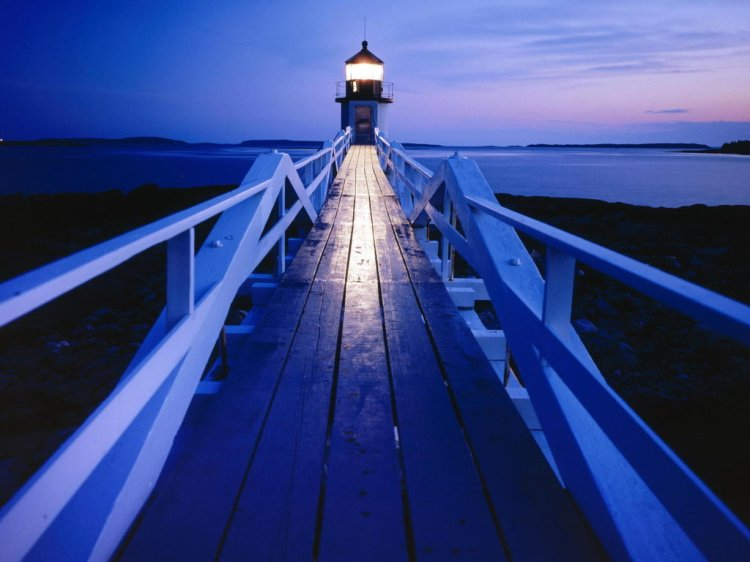 walk-grounds-marshall-point-lighthouse-maine