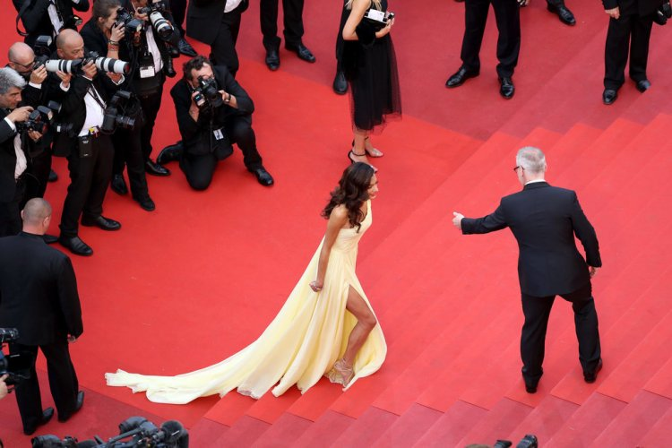amal-clooney-made-use-leg-slit-her-atelier-versace-gown-she-climbed-stairs