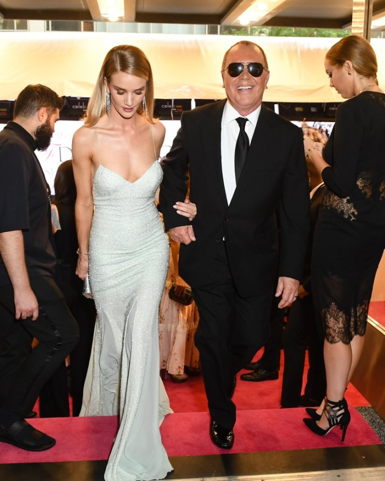 rosie-huntington-whiteley-michael-kors-stunning-entrance